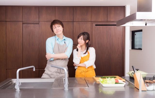 今日の夕食レシピは何にしようか?と考える夫婦